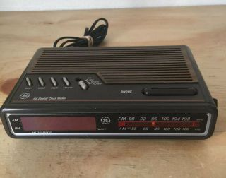 Vtg General Electric Model 7 - 4612a Ge Am/fm Alarm Clock Radio Woodgrain Retro